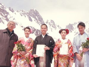 左起 台中市觀光旅遊局長陳盛山與兩對新人合影