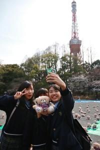 日本女高中生驚見復興櫻花熊直呼「卡哇伊」忍不住自拍