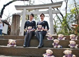 復興櫻花熊和空姐一起快閃現身東京的愛宕神社