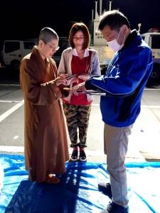 益城町から物資の追加要請を受ける。左から覚岸法師、龔培鋅さん、吉本氏