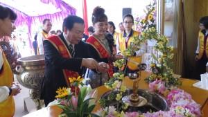 右:僑務委員謝美香及東京華僑總會會長蘇成宗參加浴佛儀式
