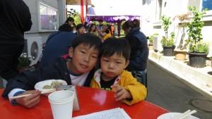 鈴木家兄弟倆常跟著媽媽一起來拜拜