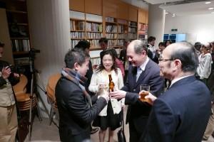台灣文化中心主任朱文清(右1)和駐處處長粘信士伉儷一起向藝術家邱昭財(左1)致意