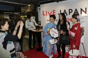 淺草車站內則有穿和服的服務人員介紹「LIVE JAPAN」,外國觀光客則沒有錯過機會與和服人員合影(照片提供:株式會社GURUNAVI)