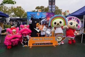 台湾観光名所及び台湾出身3選手がデザインされたパネルで台湾のキャラクターたちと記念撮影