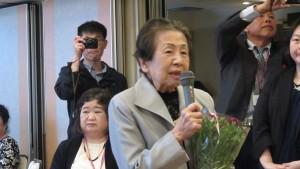 獻花致贈88歲會員郭孫雪娥