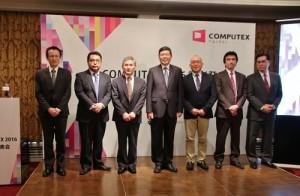 記者會上外貿協會副秘書長葉明水(右4)邀請台日企業在會中介紹今年電腦展其中展出的內容