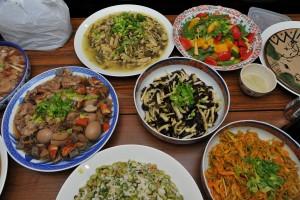 媽祖廟義工會信眾準備豐盛料理