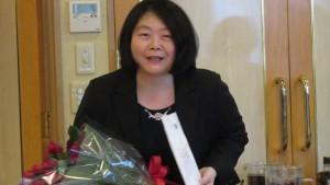 獻花祝賀會員薛格芳獲得博士學位