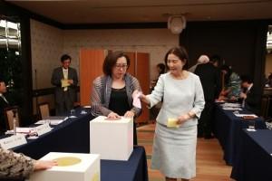 參選日總總會長的新垣旬子投下神聖的一票