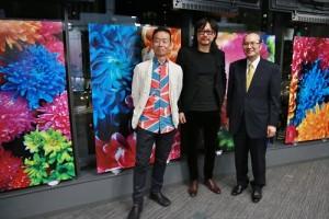 台灣文化中心主任朱文清(右)與藝術家彭弘智(中)和與會賓客合影