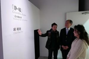 藝術家邱昭財(左1)向駐處處長粘信士伉儷說明創作理念