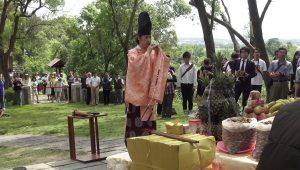 東儀さんは八田與一銅像前で奉納演奏を行った