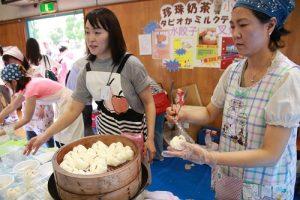家長們辛苦準備食材,藉此增進家長間的情誼,協助新生家長快速融入東京中華學校大家庭