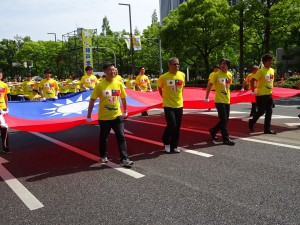 僑委會贈送的長七公尺寬5公尺的特大國旗