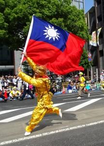 新心劇團團長王光華化身孫悟空、強風中舞動國旗、讓人留下深刻印象。
