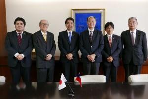駐橫濱辦事處處長粘信士、鐮倉市長松尾崇(左3)和友台議聯會長松中健治(左2)等人合影