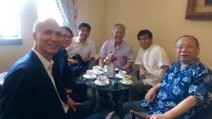琉球大學校長大城肇(右3)和逢甲大學教授黃煇慶(右1)及曾任那霸辦事處處長的李明宗(左1)等人進行交流