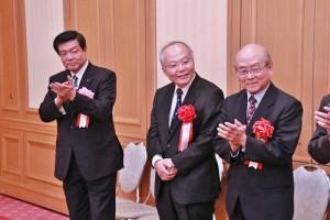 左起為眾議員伊東良孝、駐日副代表郭仲熙和台灣協會理事長根井洌等人出席亞東親善協會懇親會