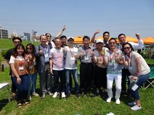 駐大阪辦事處僑務組副組長黃水益(左4)率多位同仁前來 與年輕人交換意見