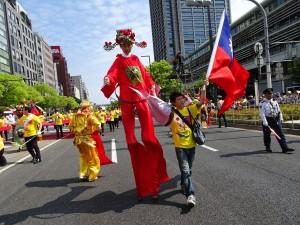 13歲的郭晉綸迎著強風,奮力走完一公里遊行路程。