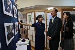 慈濟日本分會執行長許麗香(左)向駐日代表沈斯淳伉儷介紹慈濟在日本各地進行的人道援助活動