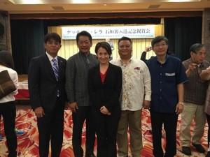 立法委員蕭美琴(中)與駐那霸辦事處處長蘇啟誠(右1)和石垣市市長中山義隆(左2)等人一起合影