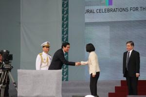 前総統の馬英九氏と握手を交わす蔡総統
