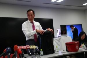 シャープの白物家電を説明する郭董事長