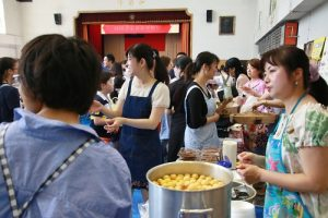 迎新園遊會是由各年級各班家長設攤準備台灣口味小吃