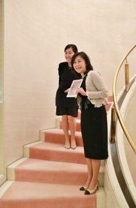郭純的妻女在駐日代表處官邸重現當年由郭茂林掌鏡拍下的紀念照