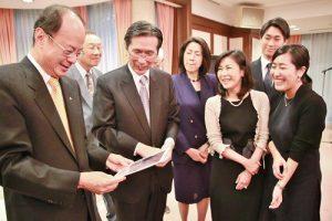 郭純(左2)拿出當年駐日代表處剛建設完成時,其父郭茂林為自己的妻女在樓梯間拍攝的照片
