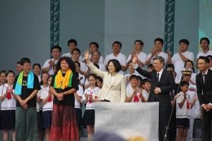 国民に手を振る蔡英文総統(左)と陳建仁副総統