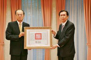 駐日代表沈斯淳(左)代政府轉送總統褒揚令給已故華裔建築師郭茂林,由其子郭純代領