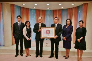 已故旅日華裔建築師郭茂林的子孫出席總統褒揚令頒贈儀式(圖左3為駐日代表沈斯淳)