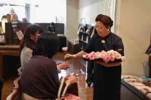 浴佛節當天也是母親節,因此會中慈濟志工也贈花給女性