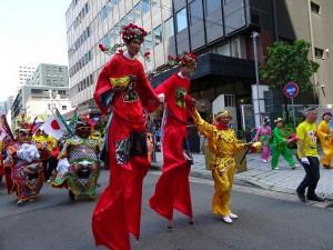 來自台灣的新心劇團 團長王光華扮孫悟空與兩位團員扮財神 壯大台灣團隊