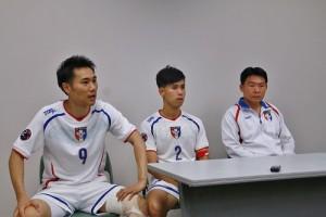 賽後,中華隊教練陳永盛(右)和隊長朱家葦(中)接受媒體訪問,日後將加入浦安球隊的台灣好手時煒(左)則協助翻譯