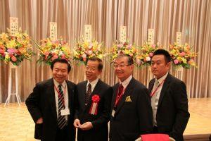 日本中華聯合總會會長毛友次(右2)和東京華僑總會會長蘇成宗(左1)等人與駐日代表謝長廷(左2)合影