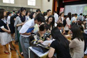 台灣大學的攤位前聚集許多詢問的家長和學生