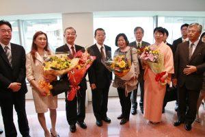京濱地區僑界代表到場獻花,歡迎駐日代表謝長廷屢新(左4)