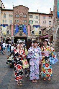 東京迪士尼度假區推出七夕活動,邀請遊客穿浴衣遊園區