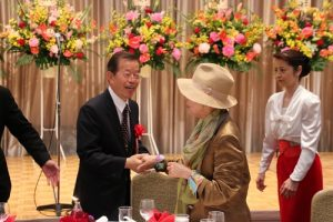駐日代表謝長廷(左)到場後和前國策顧問金美齡握手寒暄