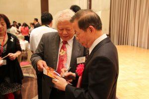 有熱情的僑民拿著照片給謝長廷簽名
