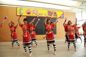 高雄女中舞蹈部的學生專程到現場表演台灣原住民舞蹈