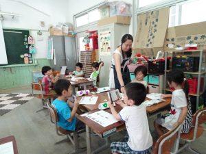 老師帶小朋友用中文讀繪本