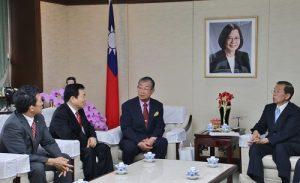 日本中華聯合總會會長毛友次等人向駐日代表謝長廷說明僑社營運概況
