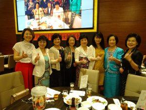 駐大阪辦事處處長張仁久夫人盧瑾薇(右3)與婦女會會長黃煜宜(左3)及理事們合影