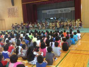 中城村南小學金管樂團演奏歡迎彰化縣立兒童弦樂團到訪