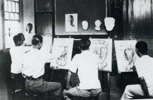 デッサンに励む台湾の画学生たち 左広報に立つのは石川欽一郎
